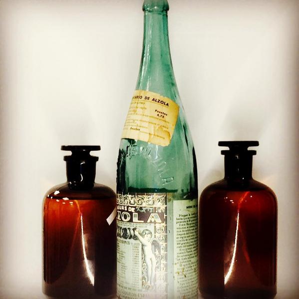 Receta Médica del Balneario de Alzola como etiqueta de la botella de vidrio