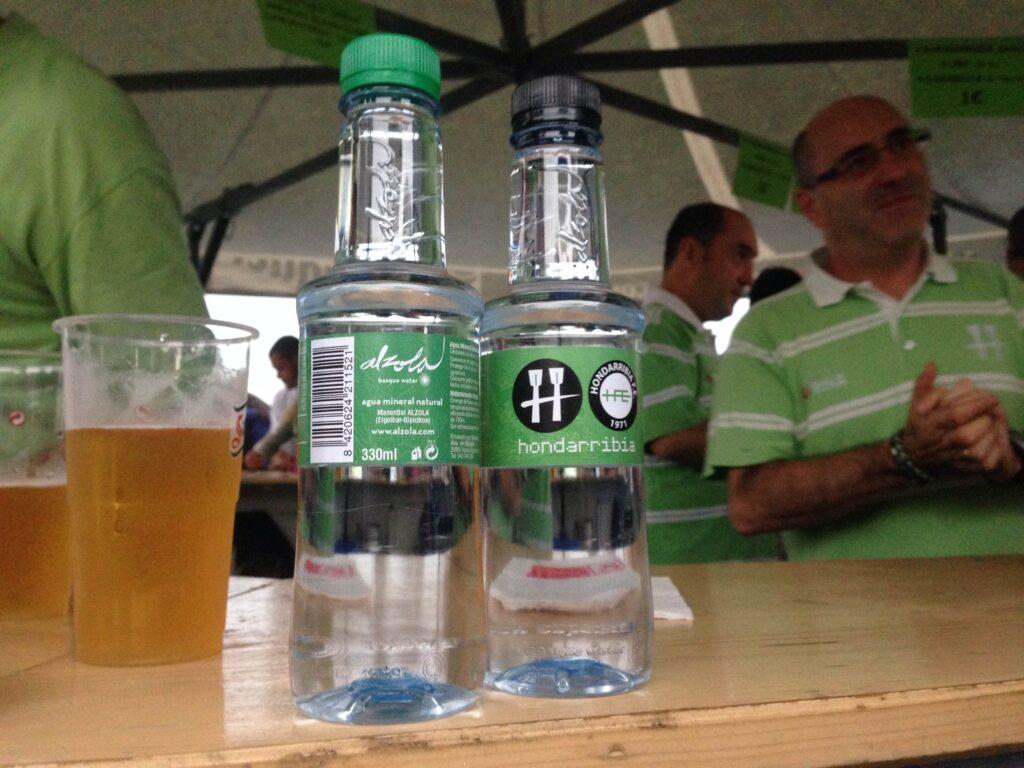 Hondarribia Arraun Elkartea es el primer equipo de remeros de la ACT con Agua personalizada