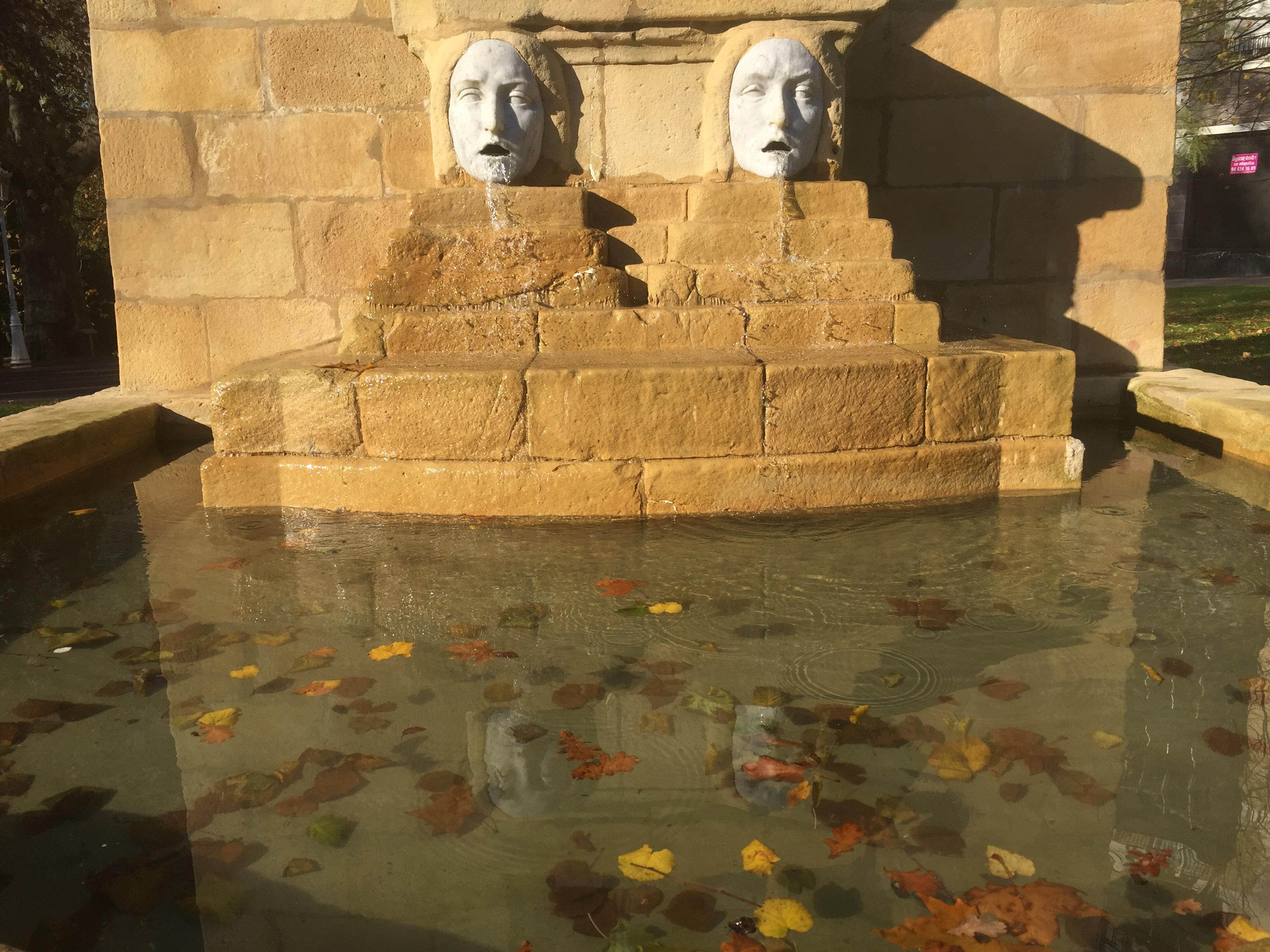 El agua fluye en el moumento a Aureliano Valle, en el parque de doña Casilda, junto al Museo de Bellas Artes
