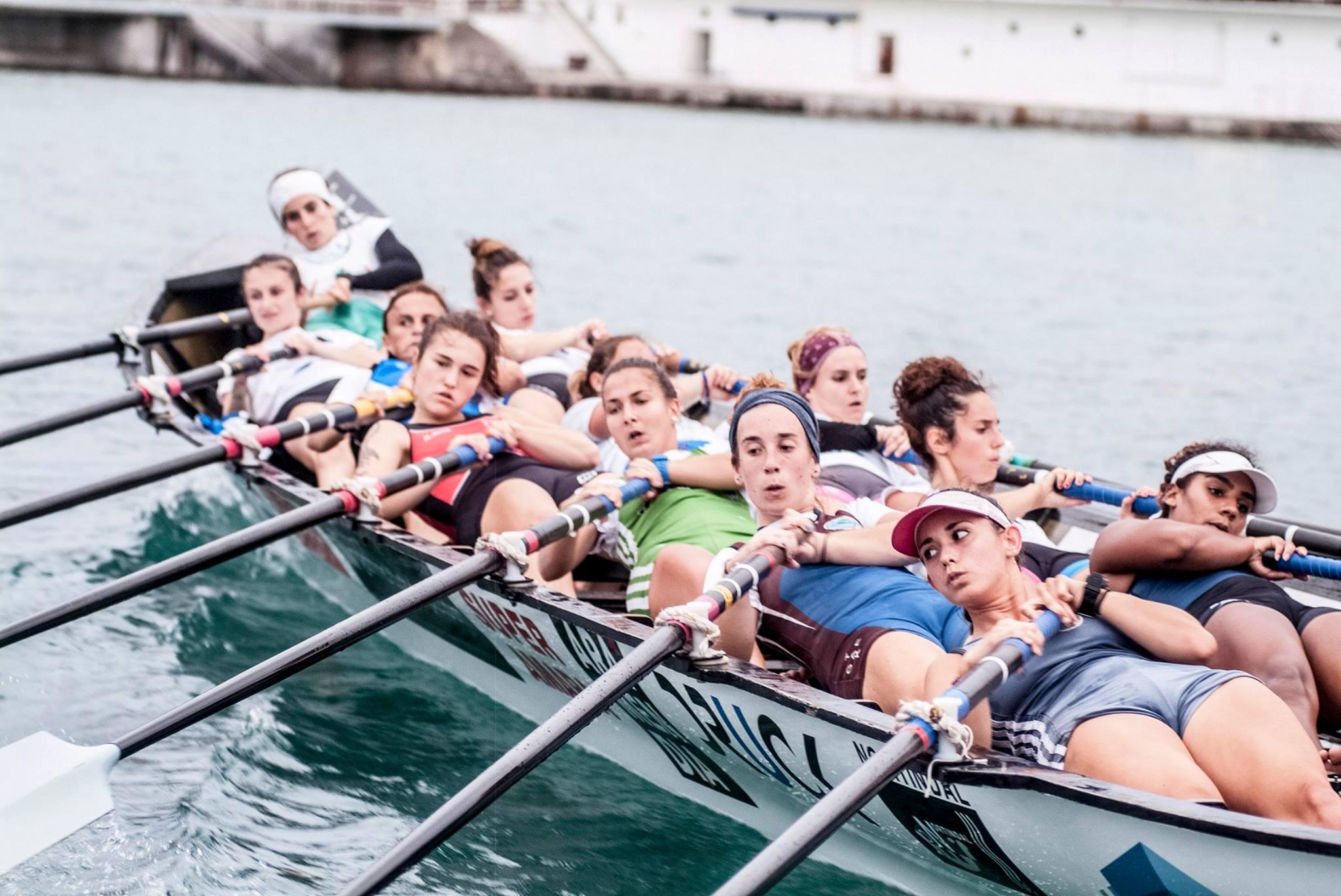 La tripulación femenina de Donostiarra Kaiarriba, todas a una.