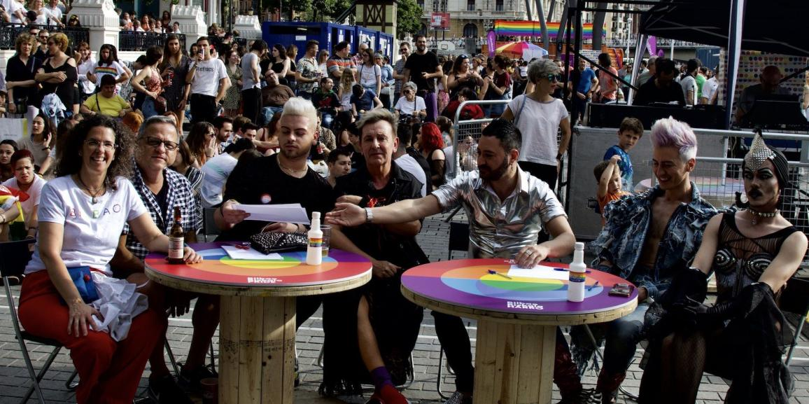 """(Español) La botella de Alzola """"GoGayGo"""" un icono más en la fiesta LGTBI"""